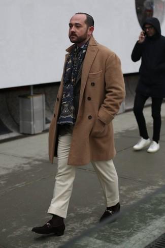 Cómo combinar: pantalón de vestir de lana blanco, camisa de vestir celeste, blazer de tartán en marrón oscuro, abrigo largo marrón claro