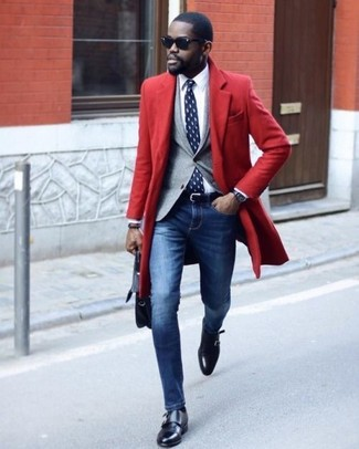 Cómo combinar: vaqueros pitillo azules, camisa de vestir blanca, blazer gris, abrigo largo rojo