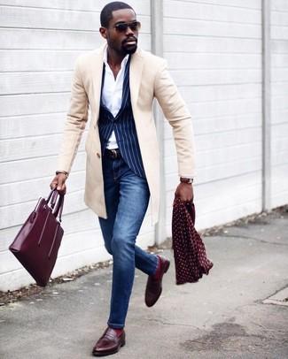 Cómo combinar: vaqueros pitillo azules, camisa de vestir blanca, blazer de rayas verticales azul marino, abrigo largo en beige