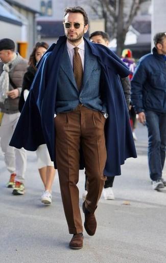 Cómo combinar: pantalón de vestir marrón, camisa de vestir blanca, blazer de lana azul marino, abrigo largo azul marino