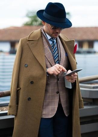 Cómo combinar: pantalón de vestir azul marino, camisa de vestir blanca, blazer de cuadro vichy marrón, abrigo largo marrón