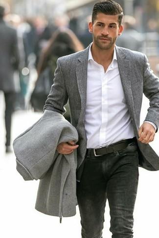 Cómo combinar: vaqueros negros, camisa de vestir blanca, blazer de lana gris, abrigo largo gris