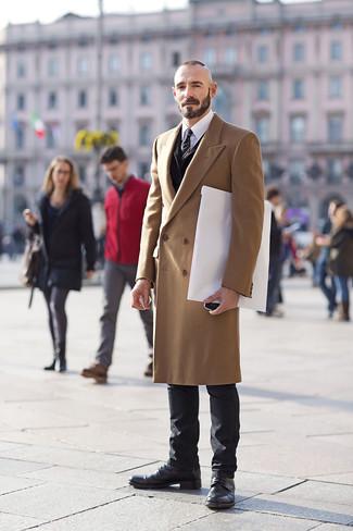 Combinar un abrigo largo con una camisa de vestir: Emparejar un abrigo largo junto a una camisa de vestir es una opción inigualable para una apariencia clásica y refinada. Si no quieres vestir totalmente formal, elige un par de botas casual de cuero negras.