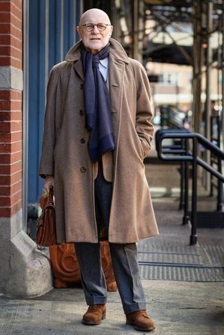 Combinar un pantalón de vestir de lana en gris oscuro: Empareja un abrigo largo marrón claro junto a un pantalón de vestir de lana en gris oscuro para un perfil clásico y refinado. ¿Quieres elegir un zapato informal? Elige un par de zapatos derby de ante marrónes para el día.