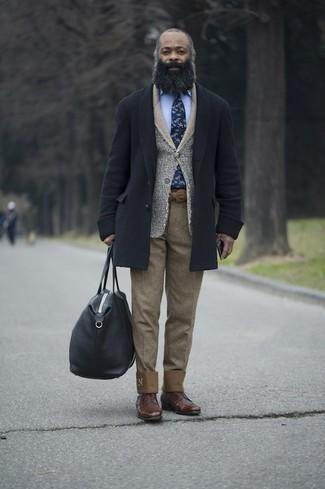 Outfits hombres en otoño 2020: Intenta ponerse un abrigo largo azul marino y un pantalón chino marrón claro para lograr un look de vestir pero no muy formal. Dale onda a tu ropa con zapatos derby de cuero marrónes. Si tu buscas un look apto para este otoño, este es para ti.