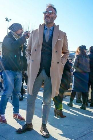 Combinar un blazer en gris oscuro en clima frío: Intenta combinar un blazer en gris oscuro junto a un pantalón chino gris para lograr un look de vestir pero no muy formal. Elige un par de zapatos brogue de cuero en marrón oscuro para mostrar tu inteligencia sartorial.