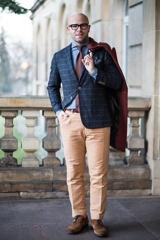 Combinar una corbata a lunares burdeos: Intenta combinar un abrigo largo burdeos junto a una corbata a lunares burdeos para una apariencia clásica y elegante. ¿Quieres elegir un zapato informal? Haz zapatos brogue de ante marrónes tu calzado para el día.