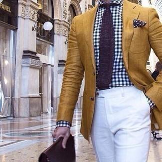 Combinar un portafolio de cuero burdeos: Usa un blazer mostaza y un portafolio de cuero burdeos para un look agradable de fin de semana.