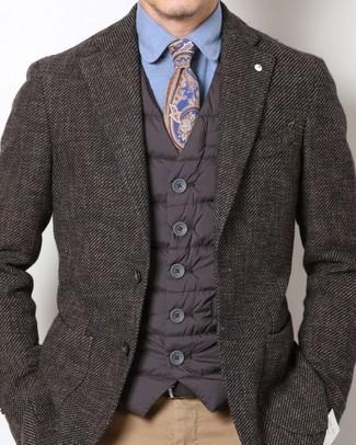 Combinar un chaleco de abrigo acolchado en marrón oscuro: Elige un chaleco de abrigo acolchado en marrón oscuro y un pantalón chino marrón claro para lidiar sin esfuerzo con lo que sea que te traiga el día.