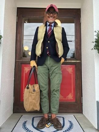 Cómo combinar: pantalón cargo verde, camisa de vestir celeste, blazer de lana azul marino, chaleco de abrigo acolchado amarillo