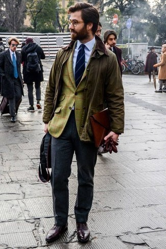 Combinar unos guantes de cuero burdeos: Emparejar una chaqueta con cuello y botones verde oliva junto a unos guantes de cuero burdeos es una opción incomparable para el fin de semana. ¿Te sientes valiente? Opta por un par de zapatos oxford de cuero burdeos.