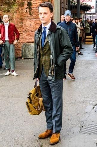 Moda para hombres de 30 años estilo elegante: Emparejar una chaqueta con cuello y botones verde oscuro junto a un pantalón de vestir gris es una opción muy buena para una apariencia clásica y refinada. Opta por un par de zapatos oxford de ante en tabaco para mostrar tu inteligencia sartorial.