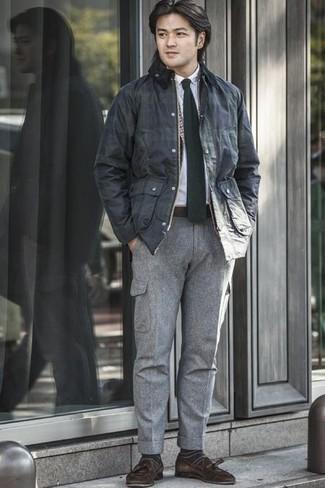 Combinar un mocasín con borlas de ante en marrón oscuro: Utiliza una chaqueta con cuello y botones azul marino y un pantalón cargo gris para lidiar sin esfuerzo con lo que sea que te traiga el día. Con el calzado, sé más clásico y complementa tu atuendo con mocasín con borlas de ante en marrón oscuro.