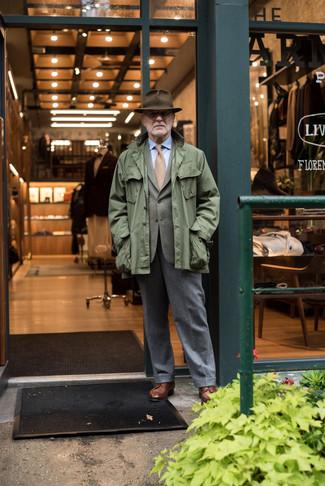 Cómo combinar: pantalón de vestir de lana gris, camisa de vestir celeste, blazer verde oliva, chaqueta militar verde oliva