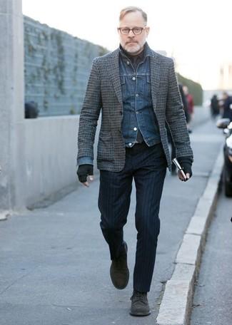 Combinar unos zapatos derby de ante negros: Considera emparejar una chaqueta vaquera azul junto a un pantalón de vestir de rayas verticales azul marino para el after office. Opta por un par de zapatos derby de ante negros para mostrar tu inteligencia sartorial.