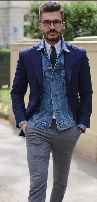 Cómo combinar: pantalón de vestir de lana gris, camisa de vestir blanca, blazer azul marino, chaqueta vaquera azul