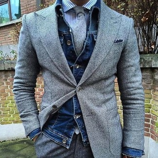 Cómo combinar: pantalón de vestir de lana gris, camisa de vestir de rayas verticales en blanco y azul, blazer de lana gris, chaqueta vaquera azul marino