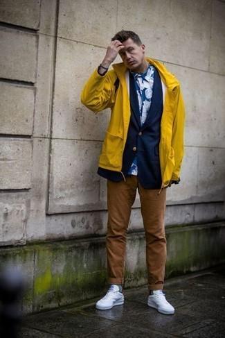 Cómo combinar: pantalón chino marrón, camisa de vestir con print de flores azul, blazer azul marino, chubasquero amarillo