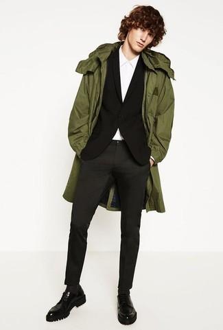 Combinar un blazer negro: Si buscas un look en tendencia pero clásico, empareja un blazer negro junto a un pantalón chino en gris oscuro. Elige un par de zapatos derby de cuero gruesos negros para mostrar tu inteligencia sartorial.