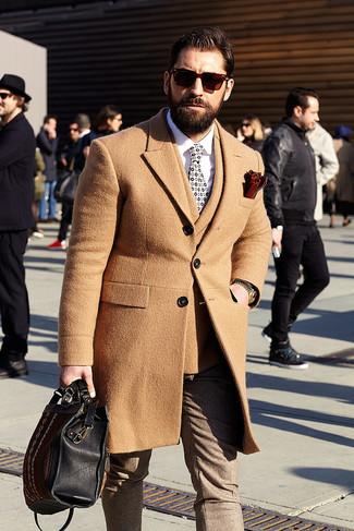 Cómo combinar: pantalón de vestir de lana marrón, camisa de vestir blanca, blazer cruzado de lana marrón claro, abrigo largo marrón claro