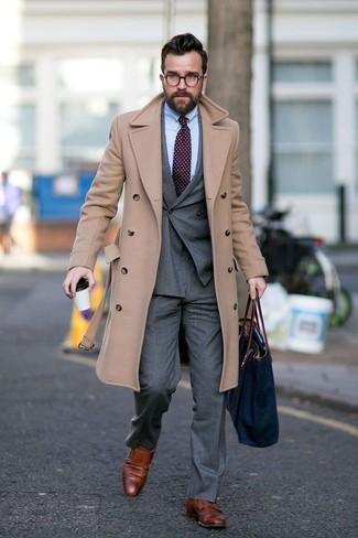 Combinar un blazer cruzado: Emparejar un blazer cruzado junto a un pantalón de vestir gris es una opción práctica para una apariencia clásica y refinada. ¿Quieres elegir un zapato informal? Elige un par de zapatos con doble hebilla de cuero marrónes para el día.