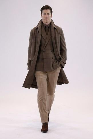 Cómo combinar: pantalón de vestir de lana marrón claro, camisa de vestir marrón, blazer cruzado de lana a cuadros marrón, abrigo largo a cuadros marrón