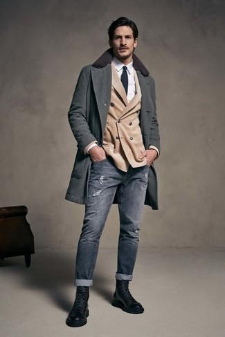 Combinar un blazer cruzado en beige estilo casual elegante: Elige un blazer cruzado en beige y unos vaqueros pitillo desgastados grises para una vestimenta cómoda que queda muy bien junta. ¿Te sientes valiente? Haz botas casual de cuero negras tu calzado.