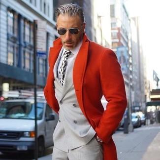 Cómo combinar: pantalón de vestir gris, camisa de vestir blanca, blazer cruzado gris, abrigo largo rojo