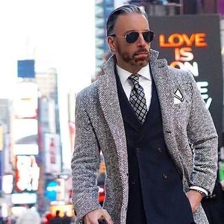 Cómo combinar: corbata de tartán gris, camisa de vestir blanca, blazer cruzado azul marino, abrigo largo de espiguilla gris