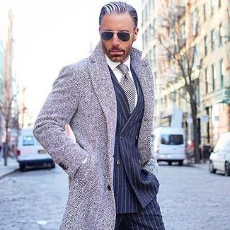 Cómo combinar: pantalón de vestir de rayas verticales azul marino, camisa de vestir blanca, blazer cruzado de rayas verticales azul marino, abrigo largo de espiguilla gris