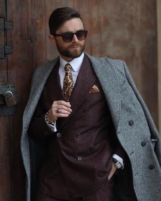 Cómo combinar: corbata estampada amarilla, camisa de vestir blanca, blazer cruzado en marrón oscuro, abrigo largo de espiguilla gris