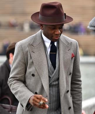 Combinar un pañuelo de bolsillo rojo en clima frío: Considera ponerse un abrigo largo gris y un pañuelo de bolsillo rojo transmitirán una vibra libre y relajada.
