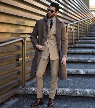 Combinar una camisa de vestir de rayas verticales en blanco y negro: Considera ponerse una camisa de vestir de rayas verticales en blanco y negro y un pantalón de vestir marrón claro para una apariencia clásica y elegante. Un par de zapatos derby de cuero en marrón oscuro se integra perfectamente con diversos looks.