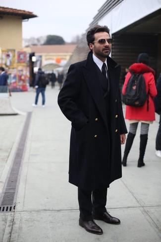 Cómo combinar: pantalón de vestir negro, camisa de vestir blanca, blazer cruzado negro, abrigo largo negro