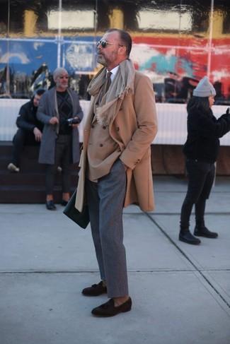 Cómo combinar: pantalón de vestir de lana gris, camisa de vestir blanca, blazer cruzado marrón claro, abrigo largo marrón claro