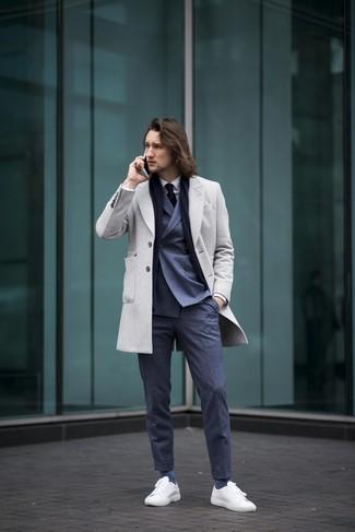 Cómo combinar: pantalón de vestir azul marino, camisa de vestir blanca, blazer cruzado azul marino, abrigo largo gris