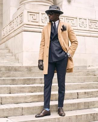 Cómo combinar: pantalón de vestir en gris oscuro, camisa de vestir de rayas verticales celeste, blazer cruzado en gris oscuro, abrigo largo marrón claro