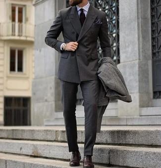 Cómo combinar: pantalón de vestir en gris oscuro, camisa de vestir de rayas verticales blanca, blazer cruzado en gris oscuro, abrigo largo a cuadros en gris oscuro