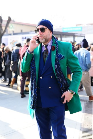 Cómo combinar: pantalón de vestir azul marino, camisa de vestir de rayas verticales violeta claro, blazer cruzado azul marino, abrigo largo verde