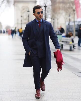 Combinar una bufanda burdeos: Ponte un abrigo largo azul marino y una bufanda burdeos transmitirán una vibra libre y relajada. ¿Te sientes valiente? Haz zapatos con doble hebilla de cuero burdeos tu calzado.