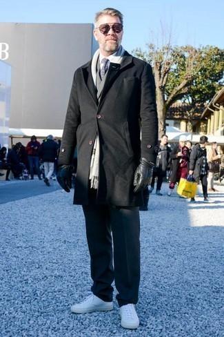 Combinar una corbata: Emparejar un abrigo largo negro con una corbata es una opción grandiosa para una apariencia clásica y refinada. ¿Quieres elegir un zapato informal? Complementa tu atuendo con tenis de cuero blancos para el día.