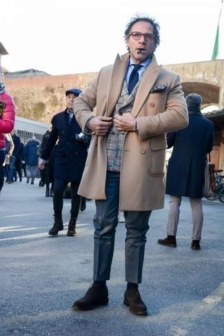 Combinar un blazer cruzado de tartán gris: Ponte un blazer cruzado de tartán gris y un pantalón de vestir azul marino para un perfil clásico y refinado. Zapatos oxford de ante en marrón oscuro son una opción muy buena para complementar tu atuendo.