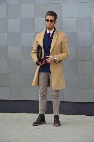 Combinar unos guantes de cuero burdeos: Para un atuendo tan cómodo como tu sillón empareja un abrigo largo marrón claro con unos guantes de cuero burdeos. ¿Te sientes valiente? Usa un par de zapatos derby de cuero morado oscuro.
