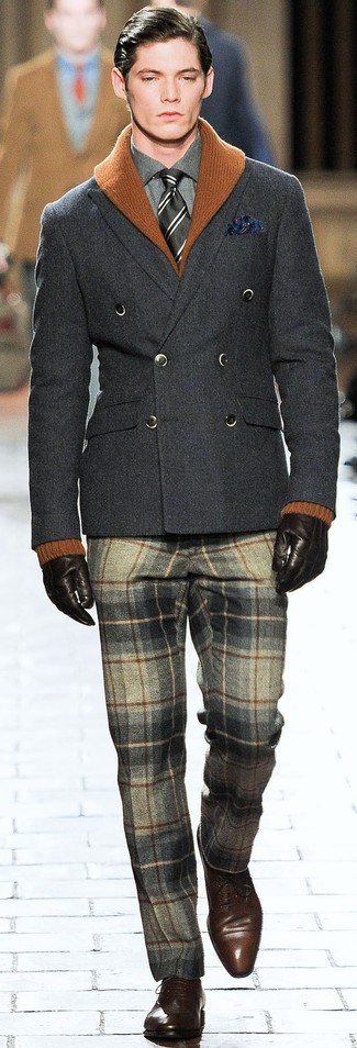 Cómo combinar: pantalón de vestir de lana de tartán gris, camisa de vestir en gris oscuro, blazer cruzado de lana en gris oscuro, cárdigan con cuello chal en tabaco