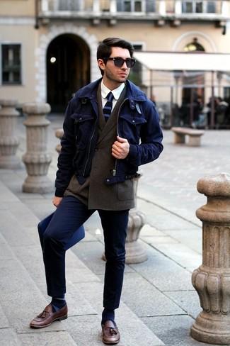 Combinar unos calcetines de rayas horizontales azules: Emparejar una cazadora harrington azul marino con unos calcetines de rayas horizontales azules es una opción incomparable para el fin de semana. ¿Te sientes ingenioso? Dale el toque final a tu atuendo con mocasín con borlas de cuero marrón.