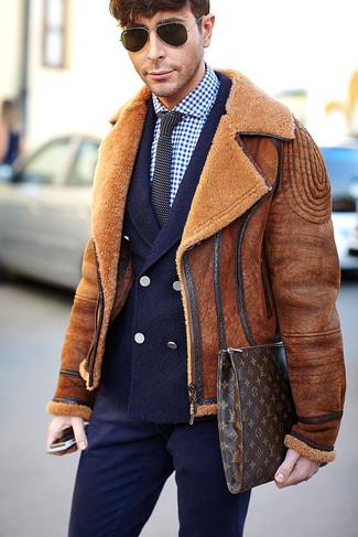 Cómo combinar: pantalón de vestir azul marino, camisa de vestir de cuadro vichy en azul marino y blanco, blazer cruzado de lana azul marino, chaqueta de piel de oveja en tabaco