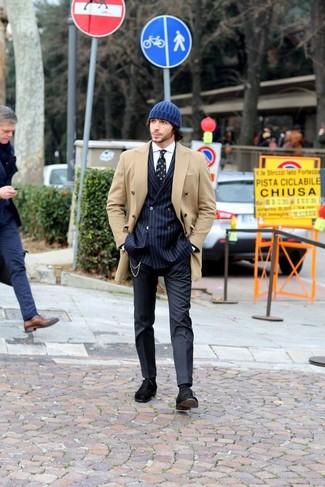 Cómo combinar: pantalón de vestir azul marino, camisa de vestir blanca, blazer cruzado de rayas verticales azul marino, chaquetón marrón claro