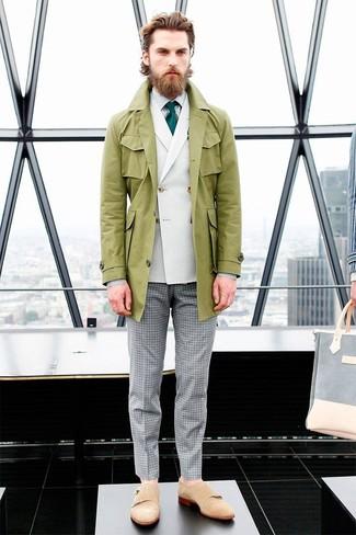 Cómo combinar: pantalón de vestir de cuadro vichy gris, camisa de vestir de rayas verticales blanca, blazer cruzado blanco, gabardina verde oliva