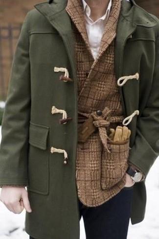 Cómo combinar: vaqueros pitillo azul marino, camisa de vestir blanca, blazer cruzado de lana a cuadros marrón, trenca verde oliva