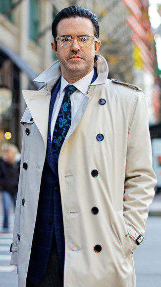 Cómo combinar: pantalón de vestir de lana en marrón oscuro, camisa de vestir blanca, blazer a cuadros azul marino, gabardina en beige